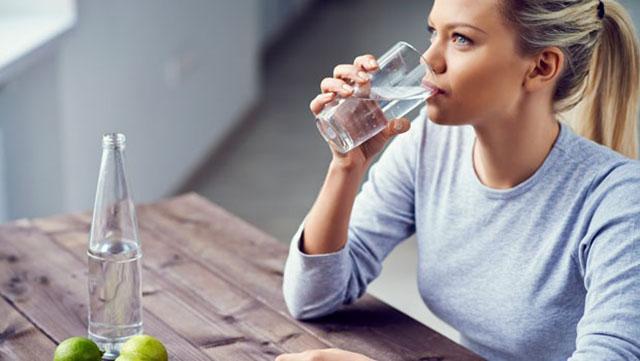 Chữa viêm da dị ứng tiếp xúc bằng uống nhiều nước