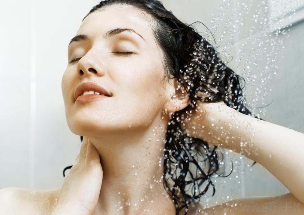 có nên tắm khi bị nổi mề đay không?