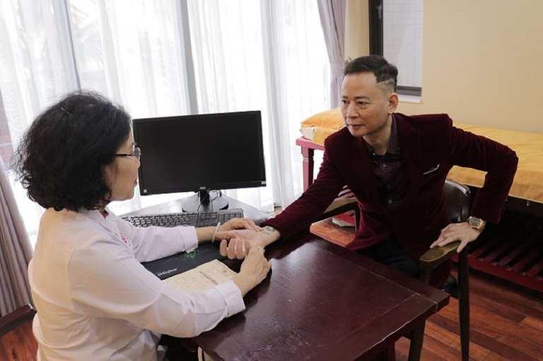 Bác sĩ Nguyễn Thị Vân Anh trực tiếp tiếp nhận điều trị cho nghệ sĩ Tùng Dương