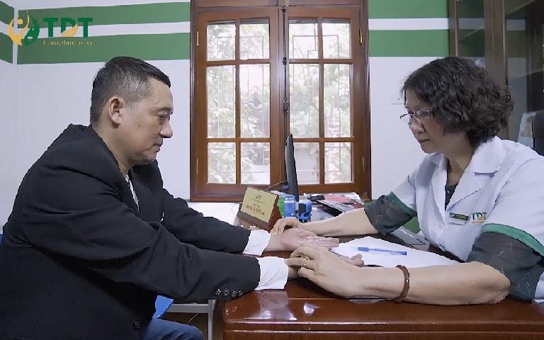 Bác sĩ Tuyết Lan khám cho NS Chiến Thắng