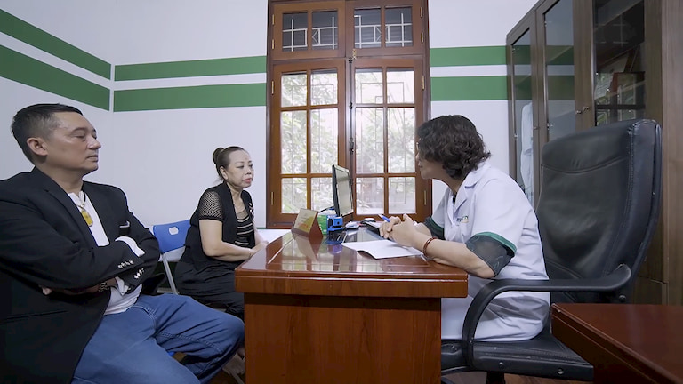 Hai NS thăm khám với Bác sĩ Tuyết Lan