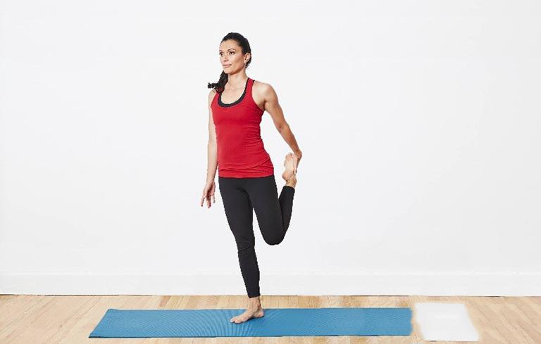 Động tác đứng tay đơn kéo chân giúp bạn giảm bớt căng thẳng ở các khớp đầu gối