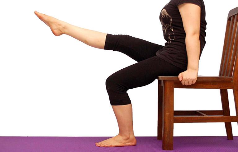 Ngồi nâng chân cải thiện đau đầu gối