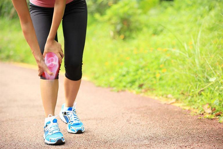 Thoái hóa khớp gối có nên đi bộ không