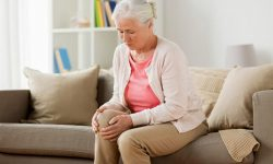 Người già dễ bị đau khớp gối